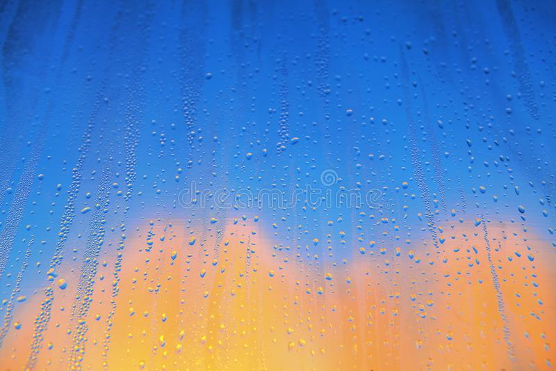 Baisses de pluie sur le verre coloré image libre de droits