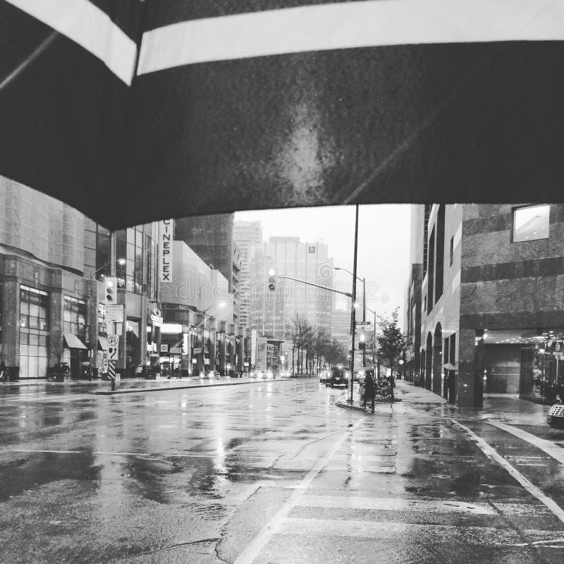 Baisses de pluie sur mon parapluie images stock