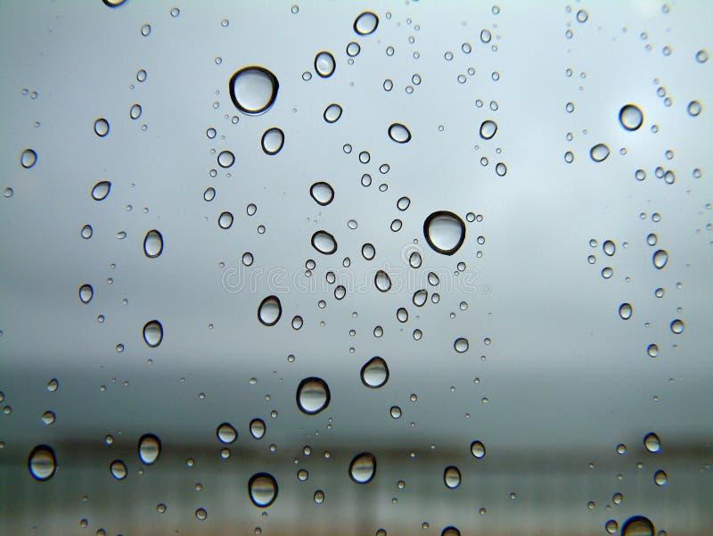 Baisses de pluie sur un hublot image libre de droits