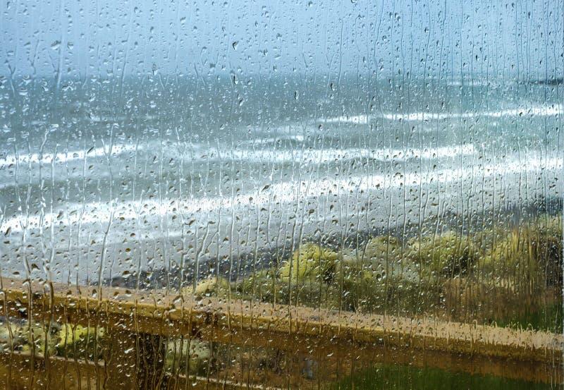 Baisses de pluie sur une fenêtre image libre de droits