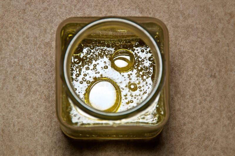 Baisses rondes d'huile dans le pot carré photo libre de droits