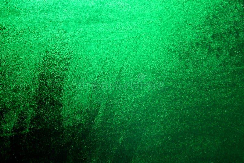 Baisses vertes de l'eau sur le fond de fenêtre Fond vert pour une inscription image libre de droits