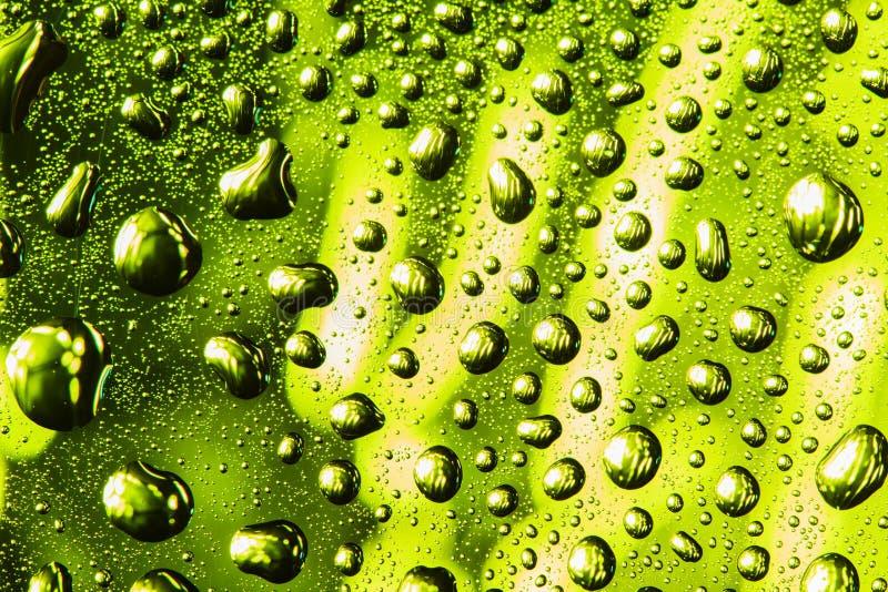 Baisses vertes et jaunes de l'eau images stock