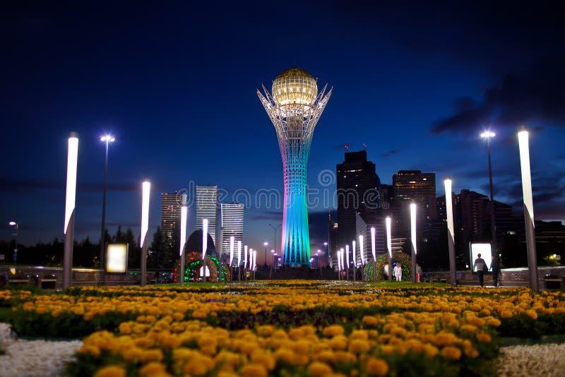 Baiterek - un monumento en la capital de Kazajistán, Astaná, una de las atracciones principales de la ciudad tarde fotografía de archivo libre de regalías