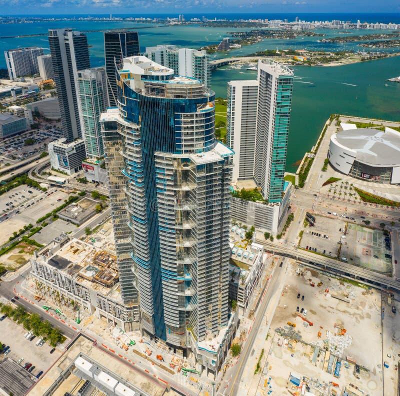 Baixa aérea da torre de Paramount Miami Worldcenter do panorama imagens de stock