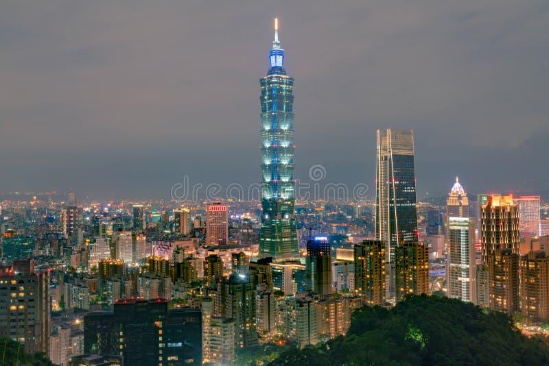 Baixa central do negócio da luz da noite da cidade de Taipei foto de stock