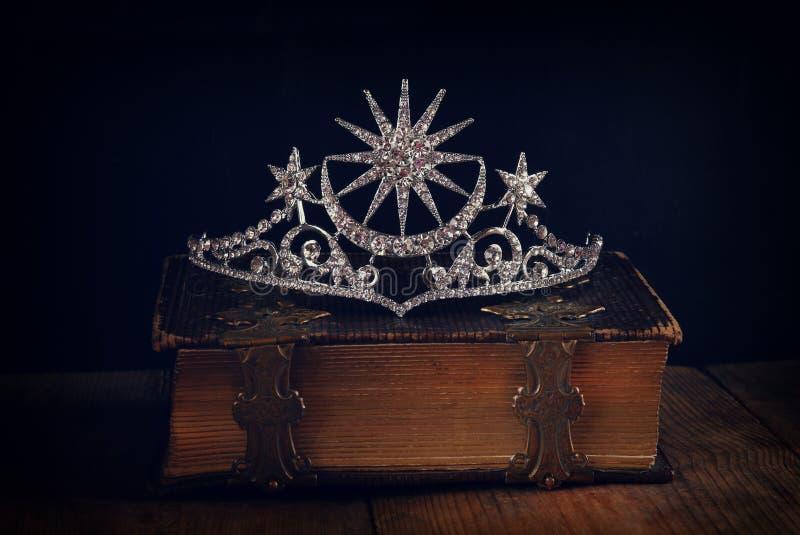baixa chave da coroa bonita da rainha do diamante fotografia de stock royalty free