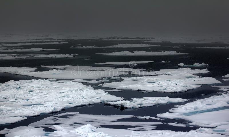 Baixa consolidação do gelo em 83 graus de latitude norte imagens de stock