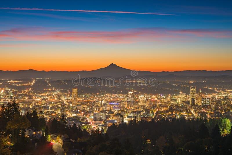 Baixa de Portland e capa do Mt no alvorecer imagens de stock royalty free