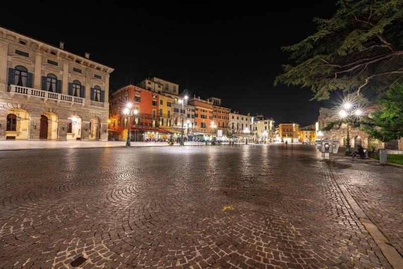 Baixa de Verona Italia - suti? da pra?a na noite fotografia de stock