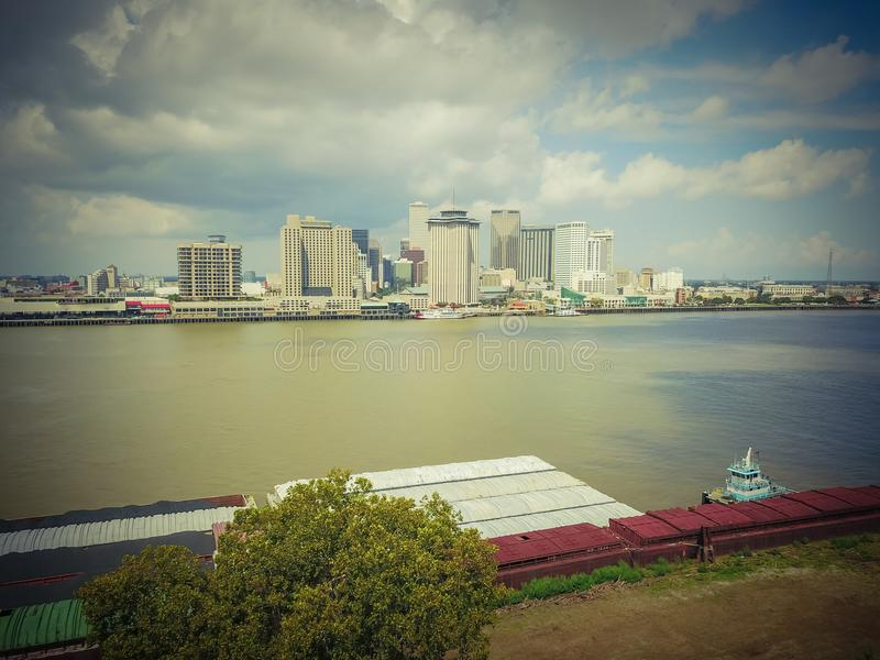 Baixa e rebocador de Nova Orleães da vista aérea que empurram a barca foto de stock