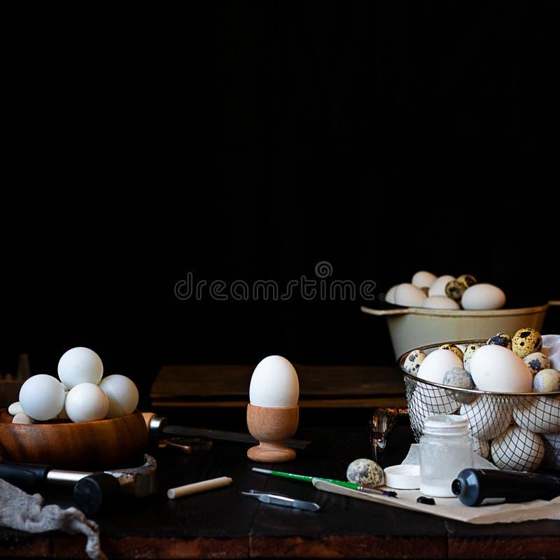 Baixa foto chave da bacia com as bolas do pong do sibilo, os instrumentos e as pinturas, e a gaiola do metal completamente de ovo fotos de stock