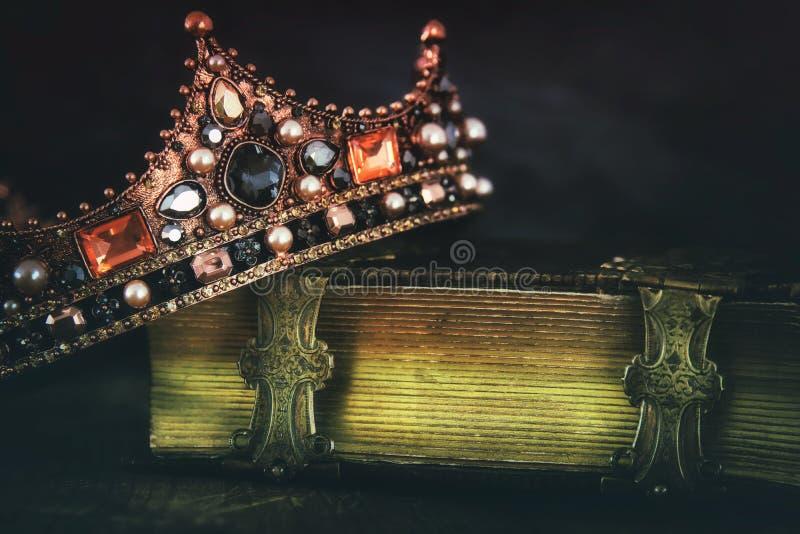 baixa imagem chave da rainha/coroa bonitas do rei no livro velho fotos de stock