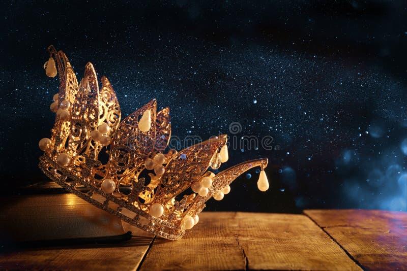 baixa imagem chave da rainha/coroa bonitas do rei no livro velho período medieval da fantasia Foco seletivo fotos de stock royalty free