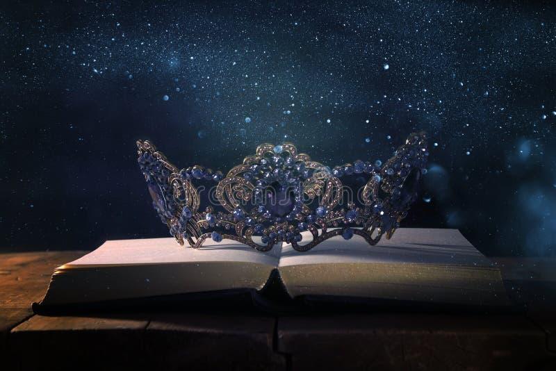 baixa imagem chave da rainha/coroa bonitas do rei sobre a tabela de madeira Vintage filtrado período medieval da fantasia imagem de stock royalty free