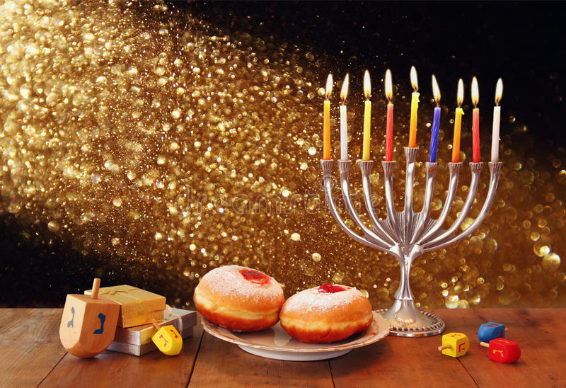 Baixa imagem chave do Hanukkah judaico do feriado com menorah, filhóses e dreidels de madeira (parte superior de giro) imagem fil foto de stock