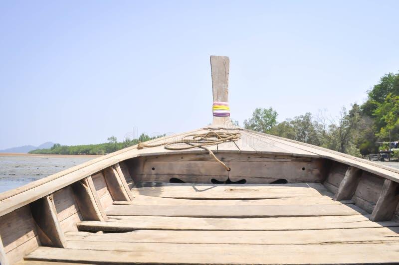 Baixa maré e barco motorizado de madeira imagens de stock