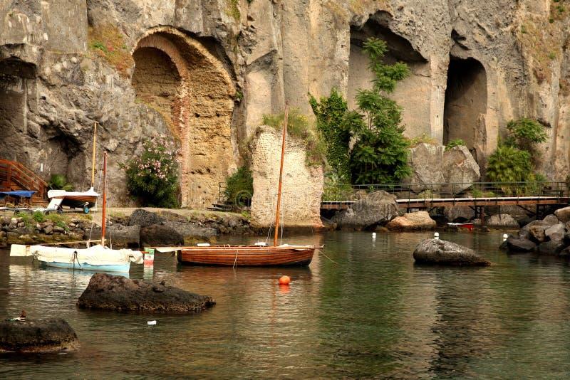 Baixa maré e barco motorizado de madeira fotografia de stock royalty free