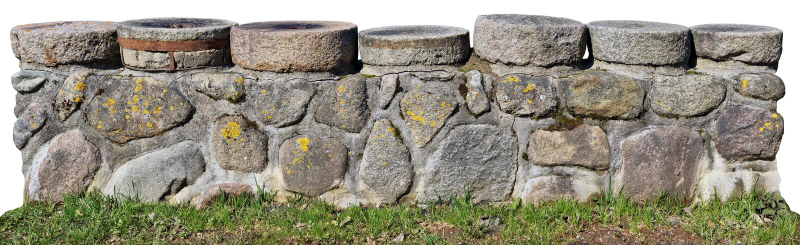A baixa mas beira longa da pedra do jardim é feita do granito musgoso BO foto de stock