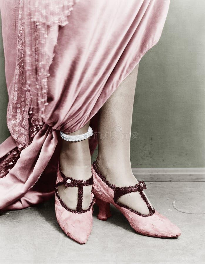 Baixa opinião da seção de sapatas vestindo de uma mulher (todas as pessoas descritas não são umas vivas mais longo e nenhuma prop imagens de stock