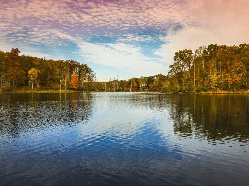 Baixa opinião do anjo Seneca Lake pequeno no parque preto de Reginal do monte fotografia de stock