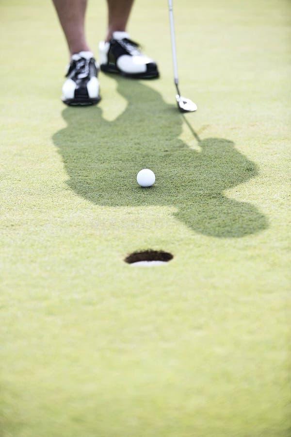 Baixa seção do homem que joga o golfe imagem de stock royalty free