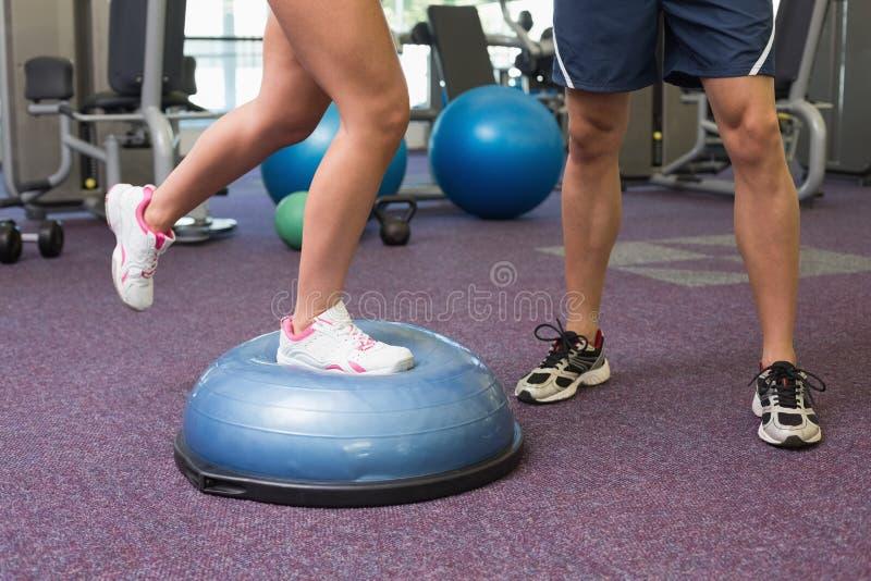 Baixa seção dos pares que exercitam no gym fotografia de stock royalty free