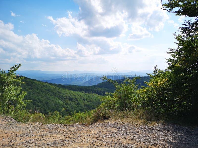 Baixas montanhas com plantas e extensão azul do horizonte na metade-ilha de Crimeia fotografia de stock royalty free