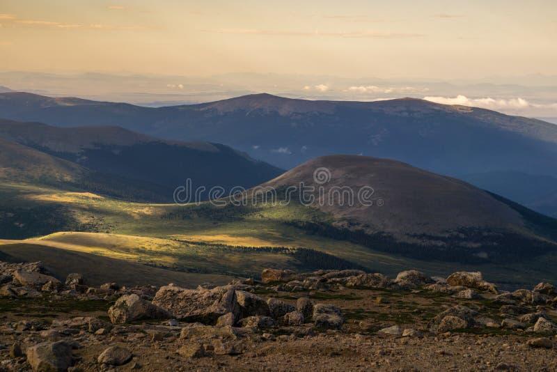 Baixas nuvens da montagem Evans - Colorado foto de stock royalty free
