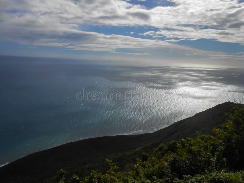 Baixas terras, mar, e céu nebuloso fotografia de stock royalty free