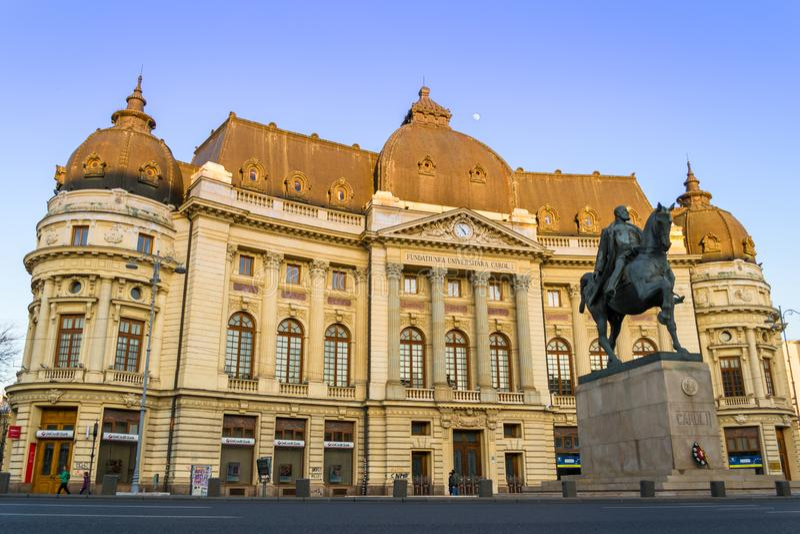 Baixo ângulo da biblioteca da universidade central da música de natal 1 de Bucareste Biblioteca Centrala Universitara no por do s fotografia de stock royalty free
