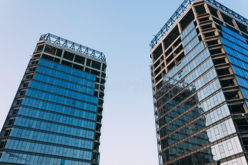 Baixo ângulo da construção inacabado em um fundo do céu azul em fotografia de stock
