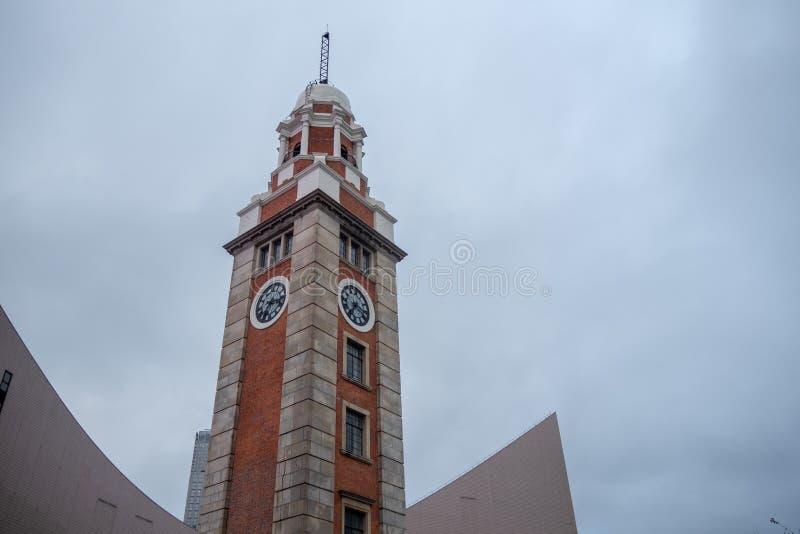 Baixo ângulo da torre de pulso de disparo no distrito comercial no fundo nublado do céu fotos de stock royalty free