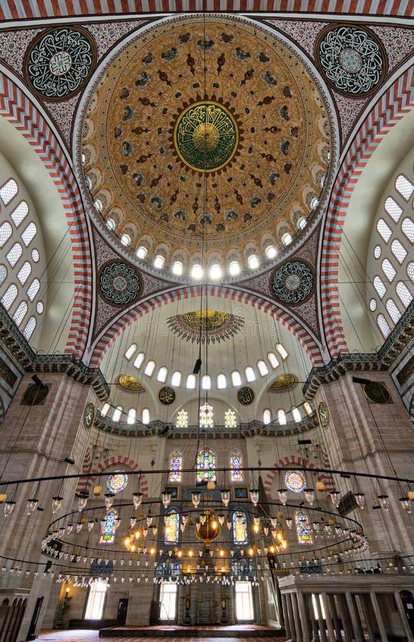 Baixo ângulo interior disparado da mesquita de Suleymaniye, uma mesquita imperial do otomano construída em 1557, Istambul, Turqui fotos de stock royalty free