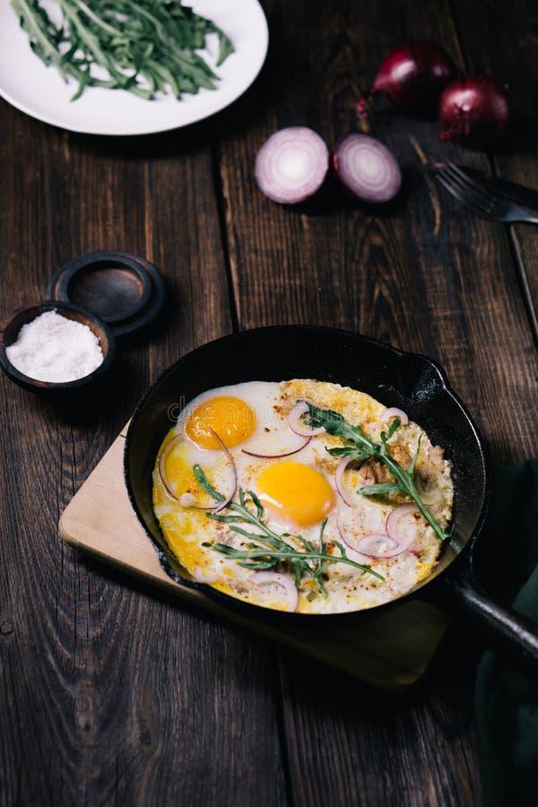 Baixo alimento do carburador, ovos com bacon e rúcula imagem de stock