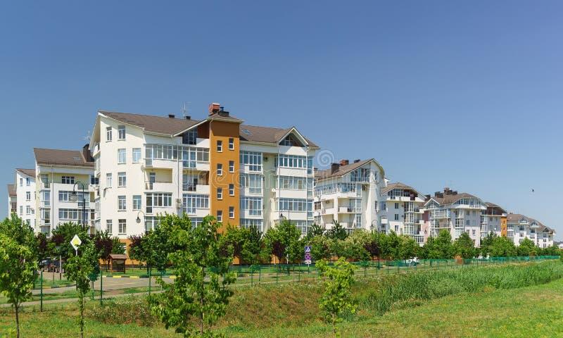 Baixo construção na rua na vizinhança da vila alemão Venetian em Krasnodar foto de stock royalty free