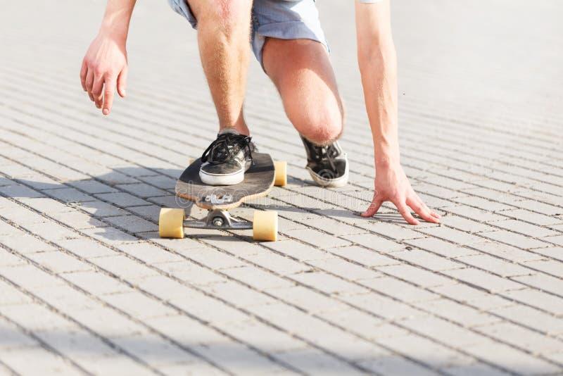 Baixo grupo pelo skater imagens de stock