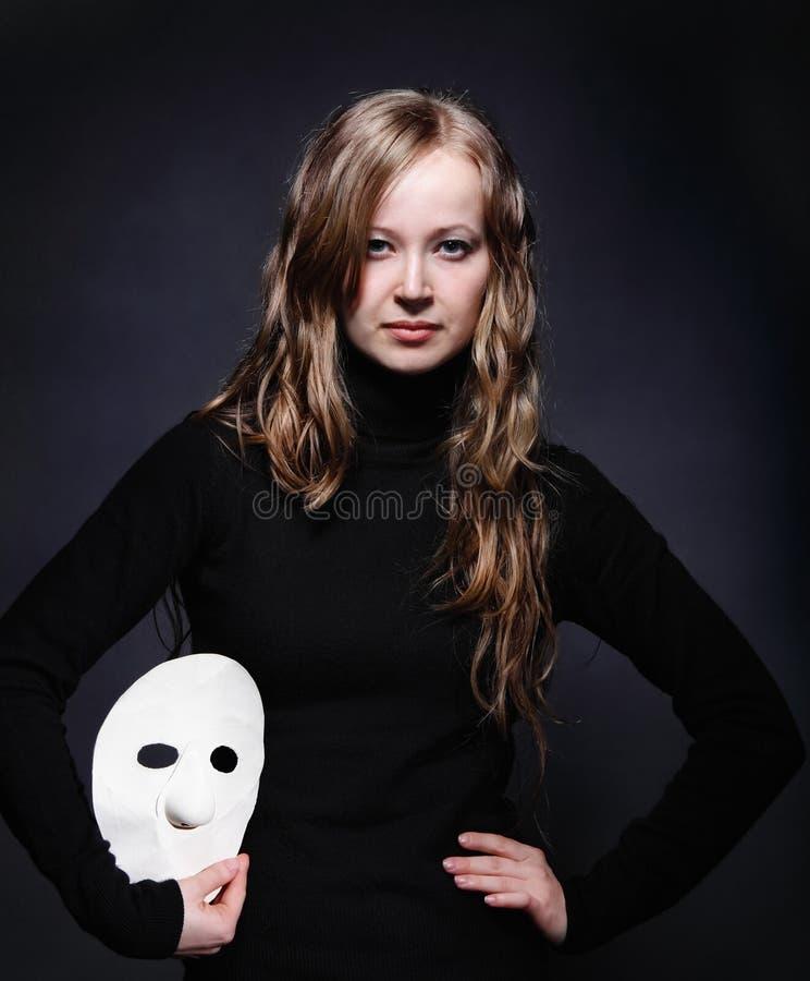 Baixo retrato chave de uma menina bonita com máscara foto de stock royalty free