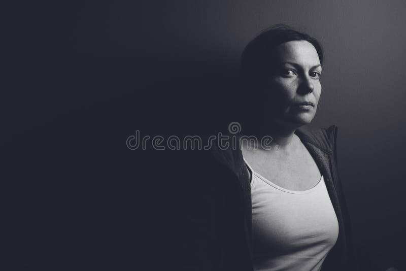 Baixo retrato chave intenso da mulher triste pensativa fotos de stock royalty free