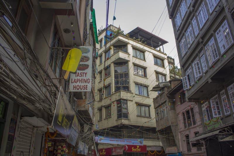 Baixos casas da cidade com sinais de propaganda nas ruas de Kathmandu imagens de stock