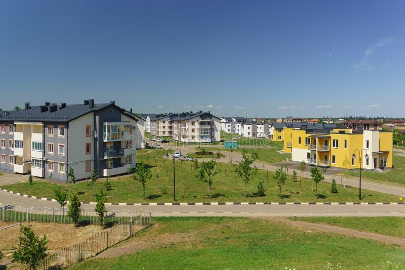 Baixos prédios de apartamentos no distrito novo de Krasnodar na rua Schumann fotografia de stock