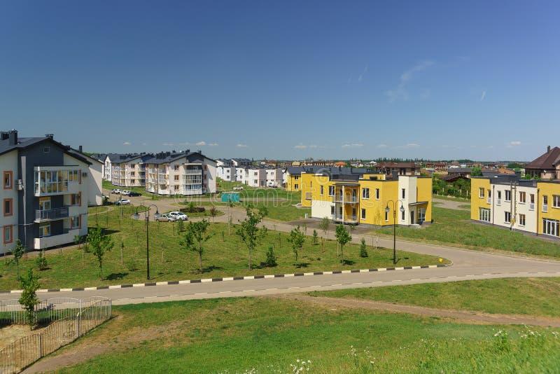 Baixos prédios de apartamentos no distrito novo de Krasnodar nas ruas de Schumann e de Wagner em um dia ensolarado fotos de stock royalty free