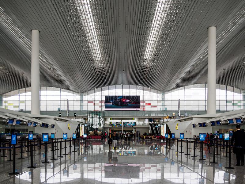 BAIYUN, GUANGZHOU, CHINA - 10 BRENG 2019 in de war - Lege controlelijnen tijdens een pauzeperiode bij Baiyun-Luchthaven, Guangzho stock afbeelding