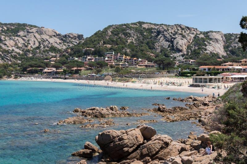 BAJ SARDINIA, SARDINIA/ITALY - MAJ 18: Plaża przy Baj Sardi zdjęcia royalty free