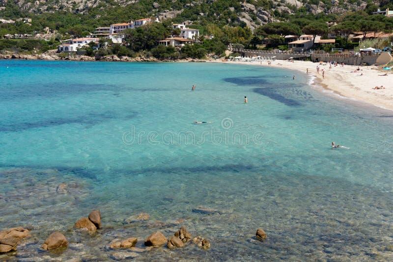 BAJA САРДИНИЯ, SARDINIA/ITALY - 18-ОЕ МАЯ: Пляж на Baja Sardi стоковые изображения rf