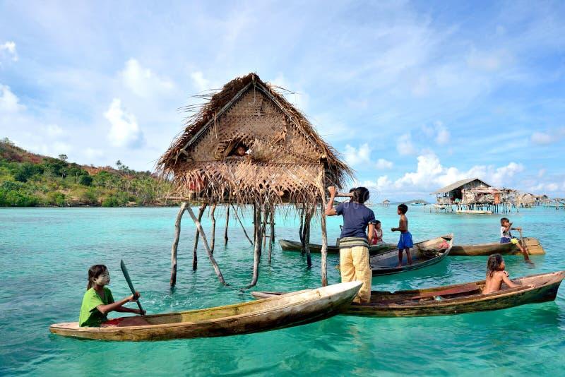 Bajau Laut die hun dagelijkse activiteiten in Bodgaya-Eiland, Sabah Borneo doen stock fotografie