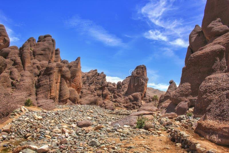 Bajecznie powulkaniczne rockowe formacje w południowym Maroko zdjęcia stock