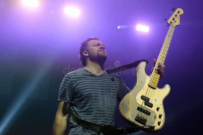 Bajista Corey Britz - banda de Bush foto de archivo