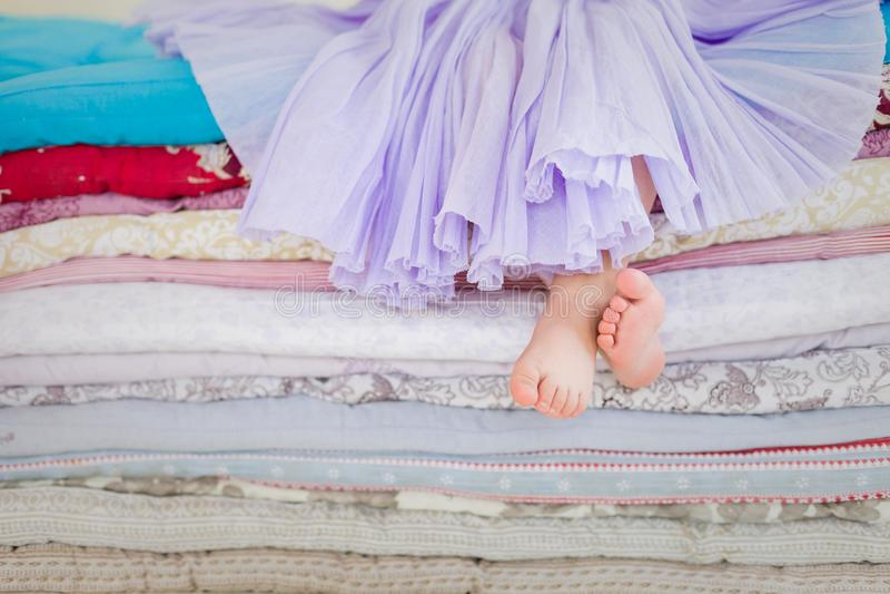 bajka princess na grochu Mała dziewczynka w lilym tatu spódnicy obsiadaniu na wysokim łóżku Naga stopa jeżeli dziewczyna zdjęcia stock
