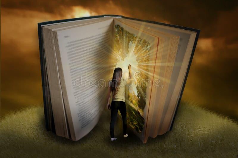 Bajki książka z dziewczyną obrazy royalty free